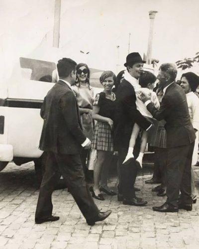 1968 - O então prefeito de Nova Venécia, Walter De Prá, no aeroporto de Vitória, retornando da Alemanha, onde participou de um congresso a convite do País europeu. Na foto, também, Nonô Ferrari, Júlio, Elisa, Lola, Marcelino, Laura, Marly e Alessandro.