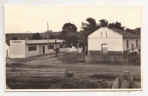 » Com cercado de madeira e o Centro Comunitário ao lado, a primeira igreja na Pedreira (Bairro Bonfim) e a quarta em honra a Nosso Senhor do Bonfim, na década de 70