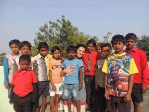 Luciana aproveitou para ensinar um pouco de portugues e falar sobre o Brasil com as crianças das escolas e orfanatos