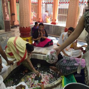No templo Hindu, luciana ofertou com pétalas a deusa Lakshimi