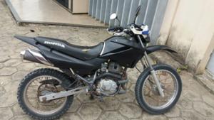 A motocicleta apreendida com o suspeito estava com restrição de furto/roubo